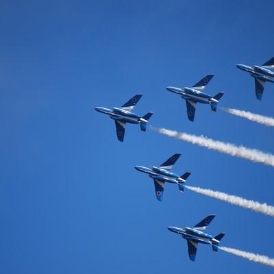 「入間航空際のブルーインパルス(T-4)」の写真素材