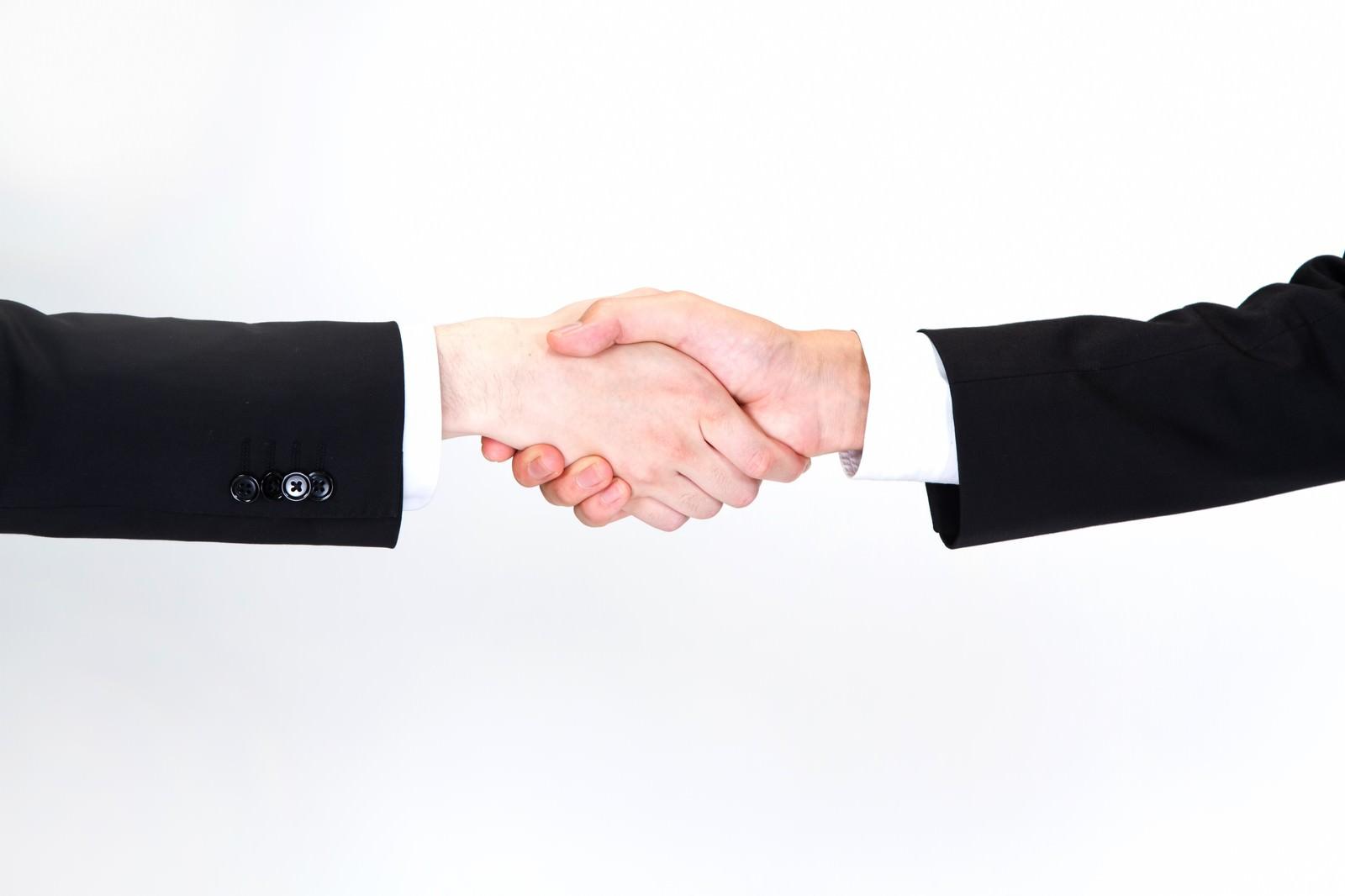 「握手をするビジネスマン(手)」の写真