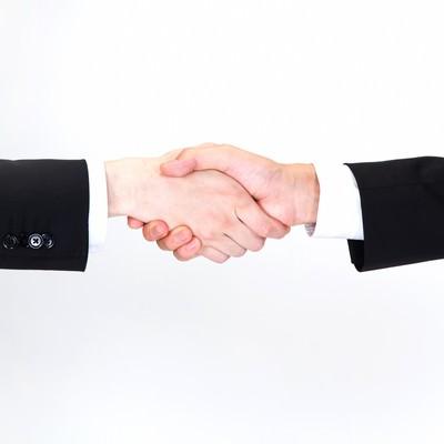 「握手をするビジネスマン(手)」の写真素材