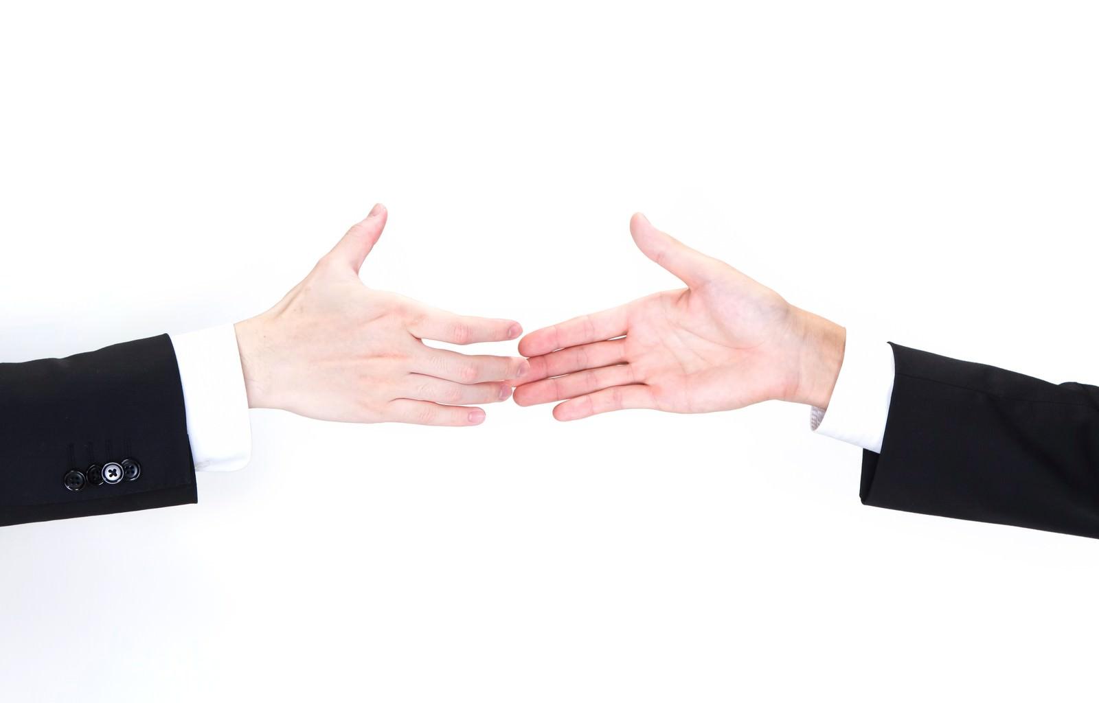 「握手を交わすビジネスマンの手握手を交わすビジネスマンの手」のフリー写真素材を拡大