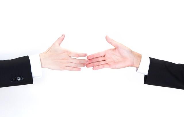 握手を交わすビジネスマンの手の写真
