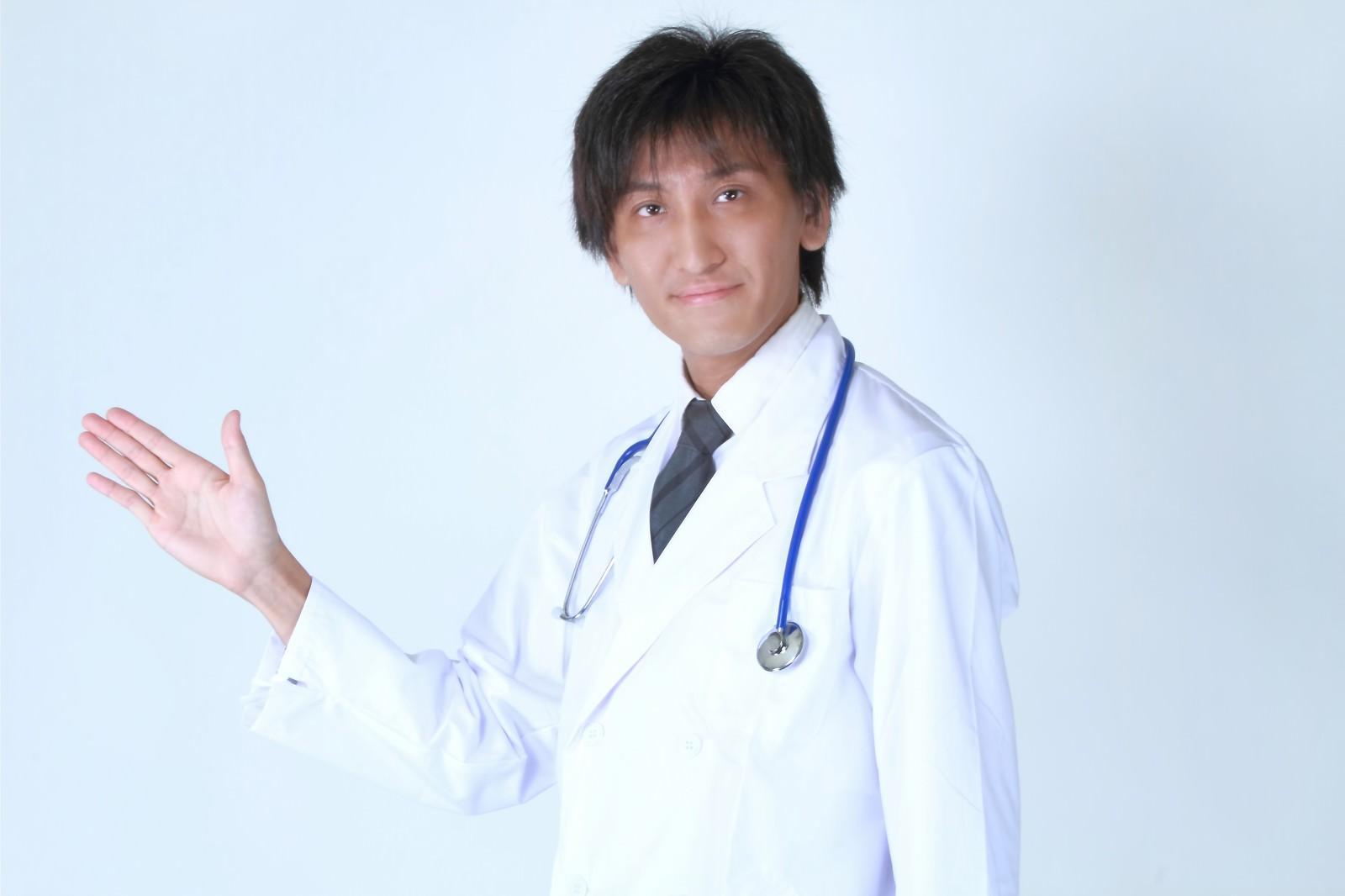 「案内するドクター」の写真[モデル:ACE]
