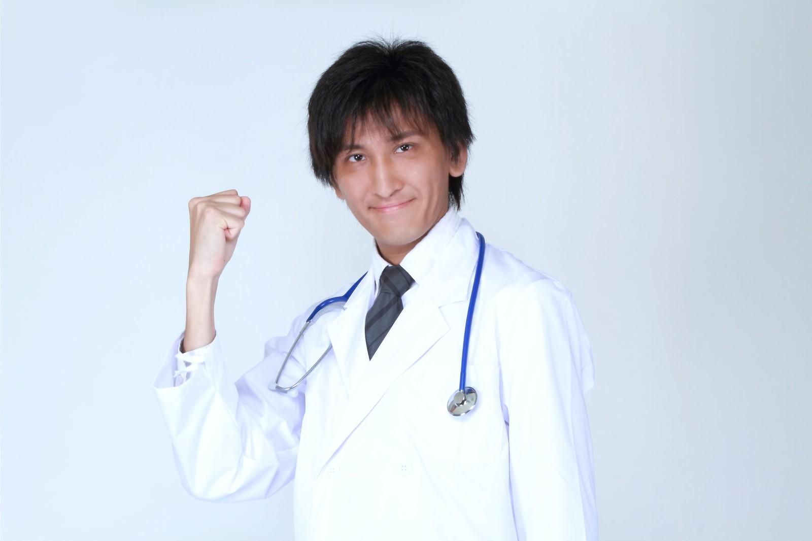「ガッツポーズをする医師」の写真[モデル:ACE]