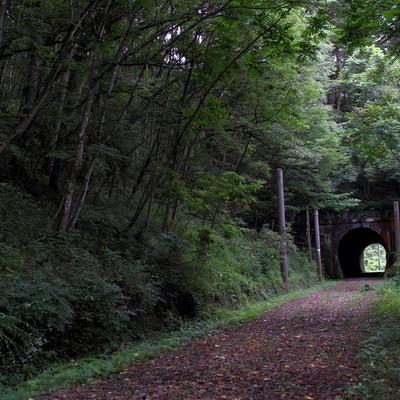 「不気味な廃線のトンネル」の写真素材