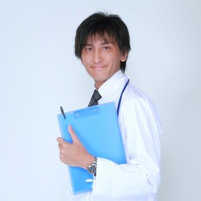 カルテを持つ担当医の写真