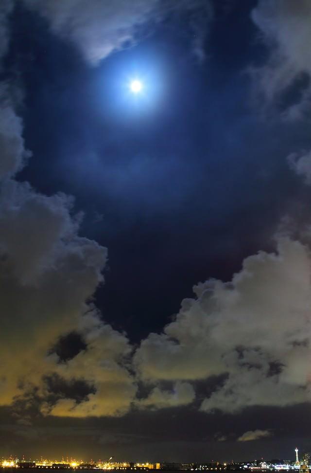 眩しい満月と横浜の夜景の写真
