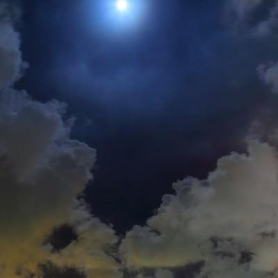 「眩しい満月と横浜の夜景」の写真素材