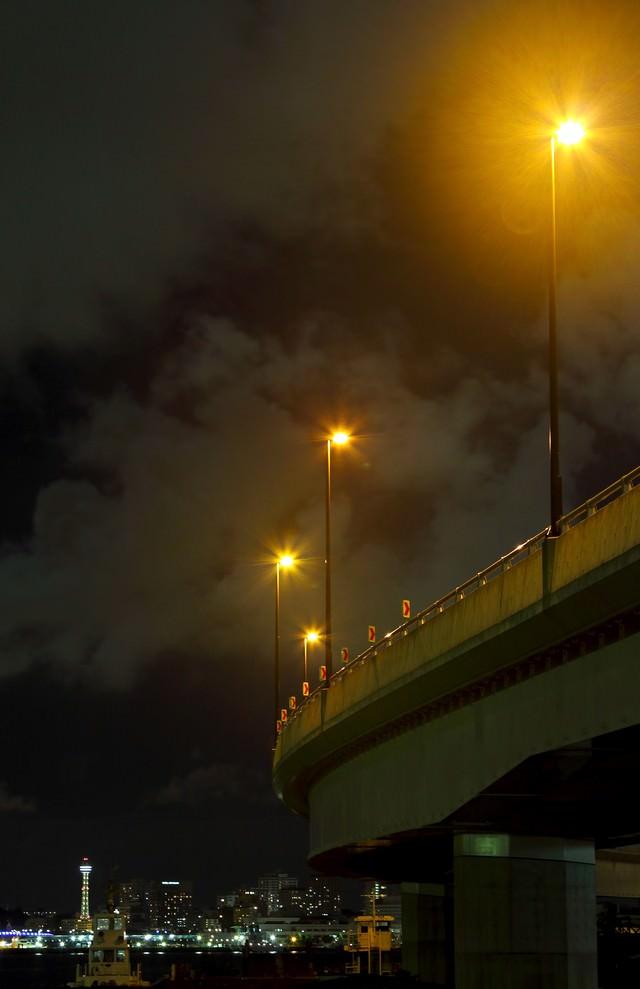 横浜のマリンタワーと専用道路の夜景の写真
