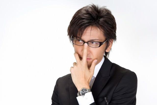 メガネを直すビジネスマンの写真