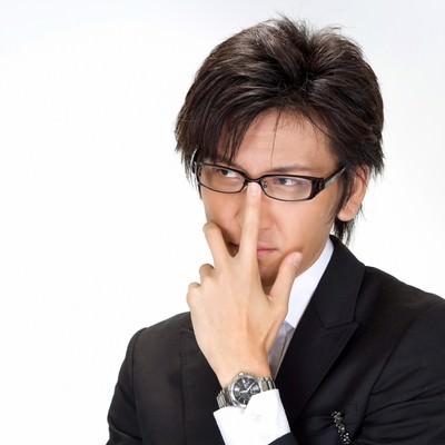 「メガネを直すビジネスマン」の写真素材