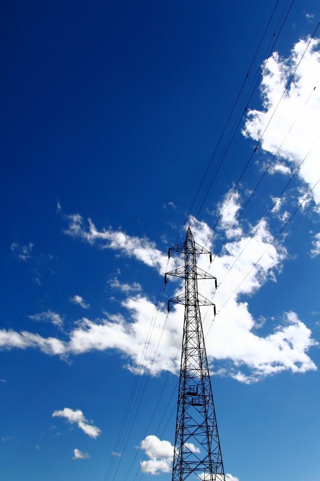 夏の青空と鉄塔の写真