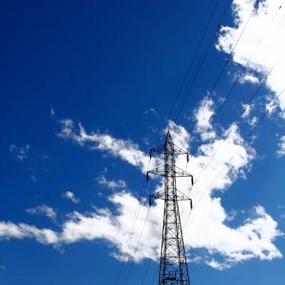 「夏の青空と鉄塔」の写真素材