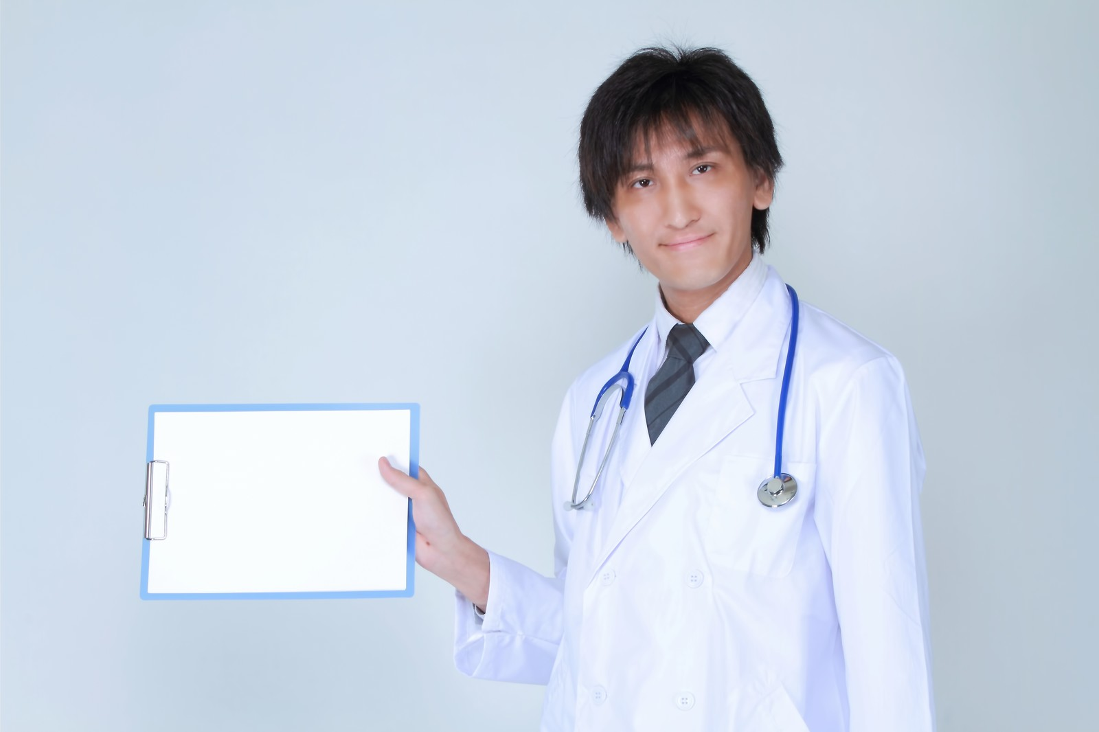 「白紙を見せるドクター」の写真[モデル:ACE]