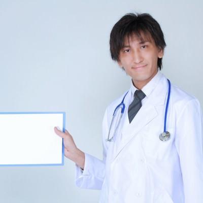 白紙を見せるドクターの写真