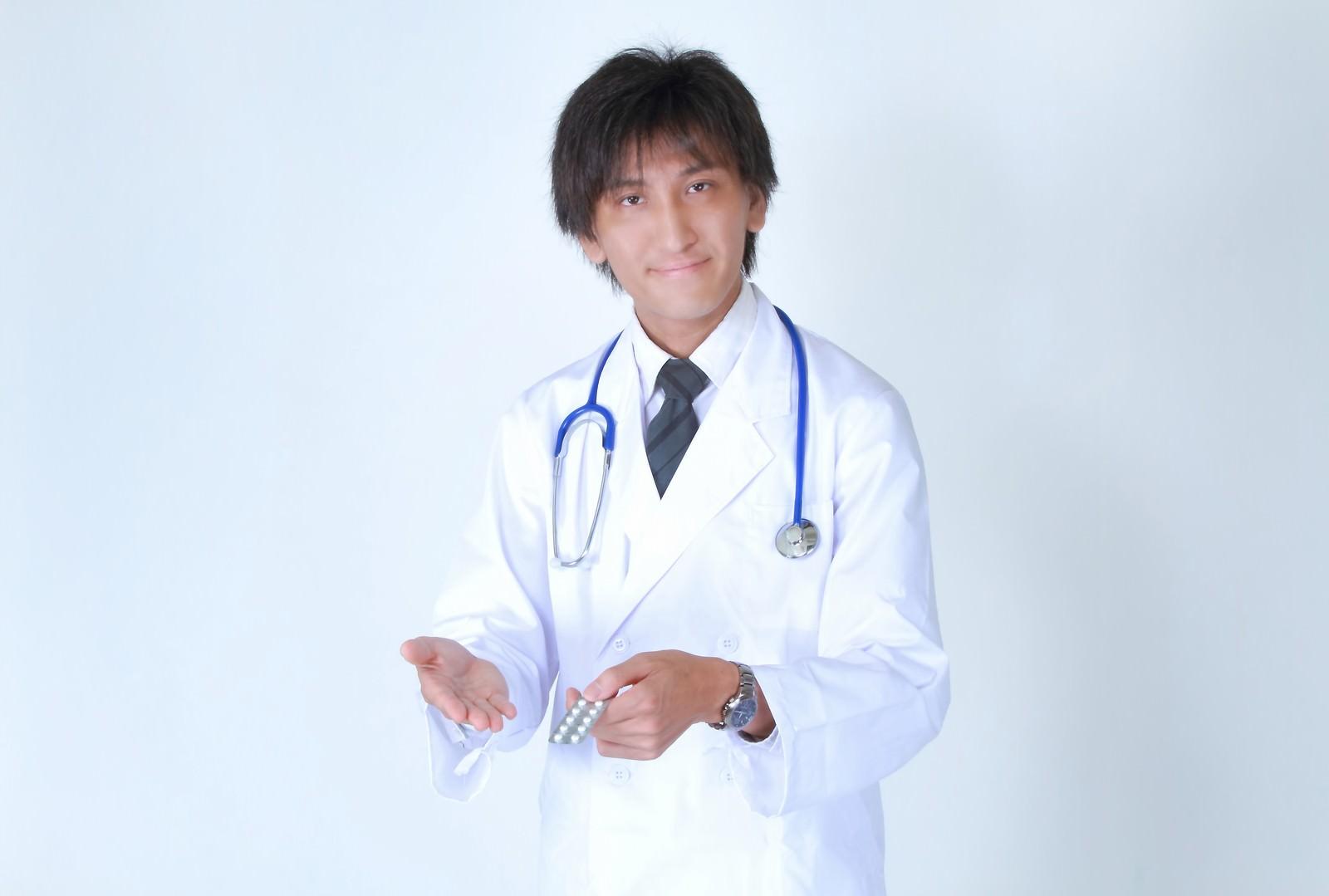 「お薬を提案する白衣を着たドクターお薬を提案する白衣を着たドクター」[モデル:ACE]のフリー写真素材を拡大