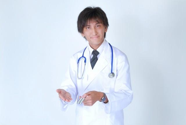 お薬を提案する白衣を着たドクターの写真