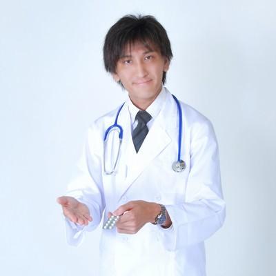 「お薬を提案する白衣を着たドクター」の写真素材
