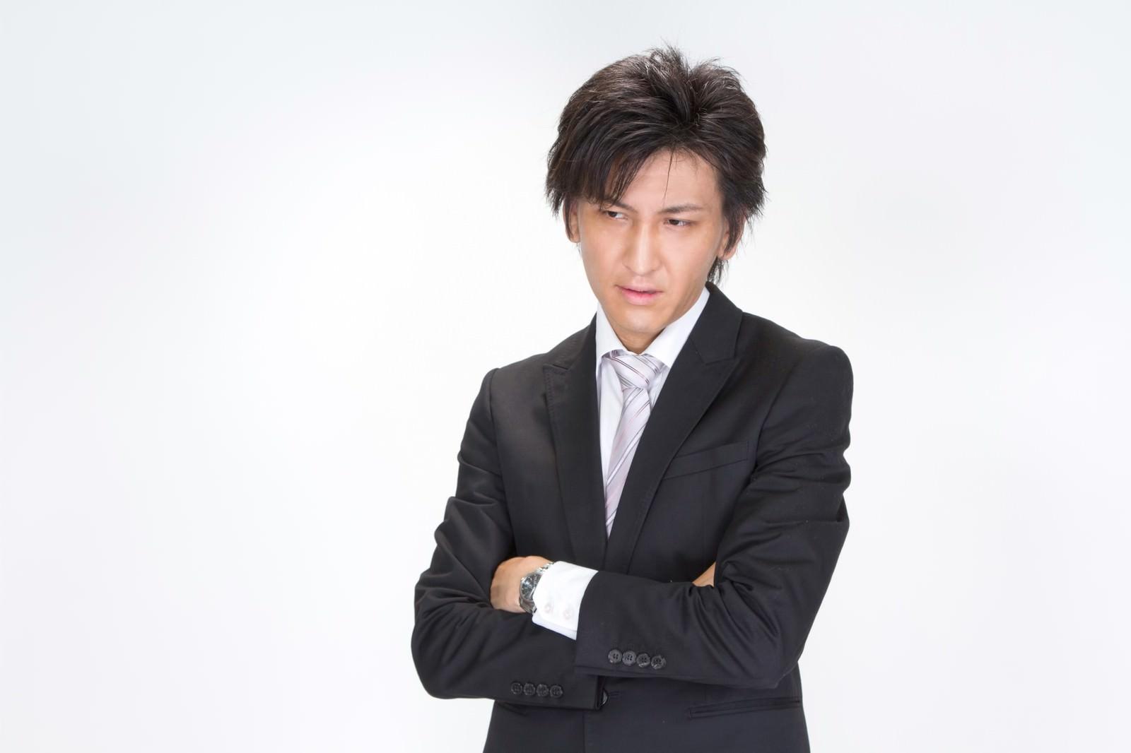 「腕を組むビジネスマン腕を組むビジネスマン」[モデル:ACE]のフリー写真素材を拡大