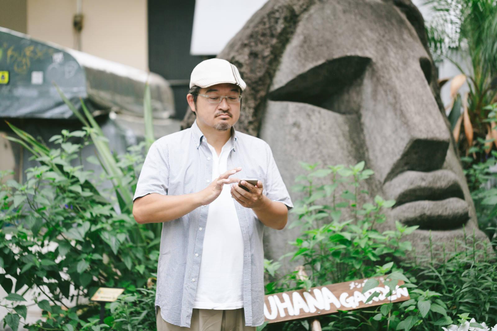 「渋谷モヤイ像の前でポケゴーする評論家」の写真[モデル:ナリシゲ]