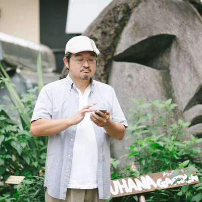 「渋谷モヤイ像の前でポケゴーする評論家」の写真素材