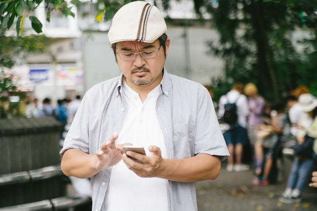 金銀アップデートで新種のモンスターを捕まえる男性の写真