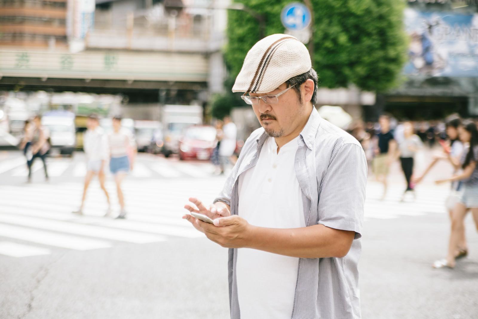 「横断中の歩きスマホはやめましょう」の写真[モデル:ナリシゲ]