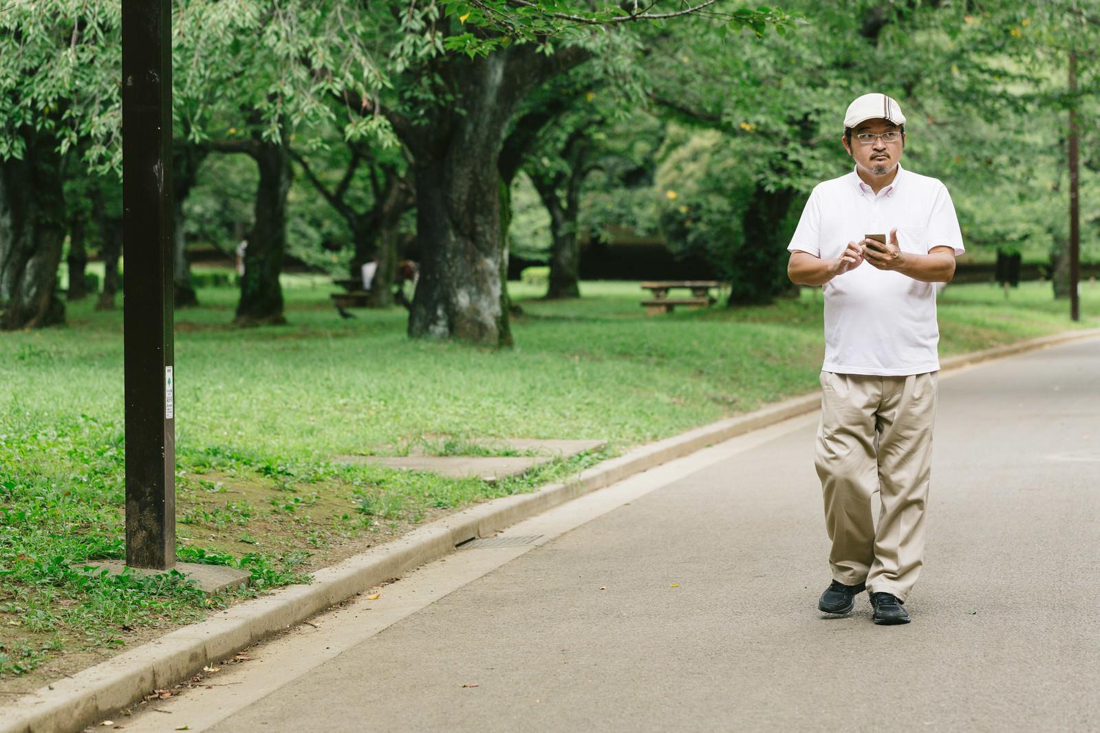 「公園内を探索する男性」の写真[モデル:ナリシゲ]