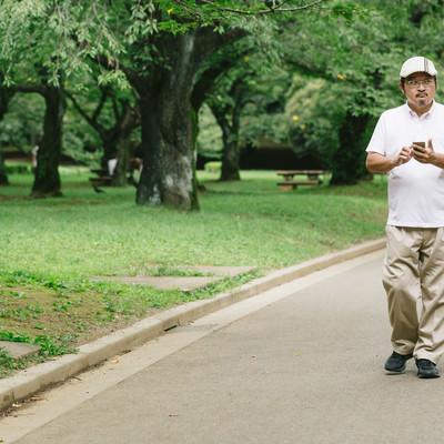 「公園内を探索する男性」の写真素材