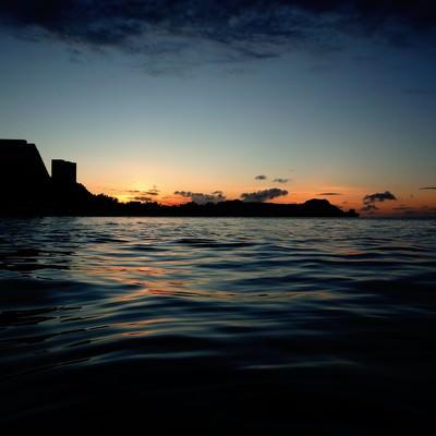 「夕暮れビーチのサンセット」の写真素材