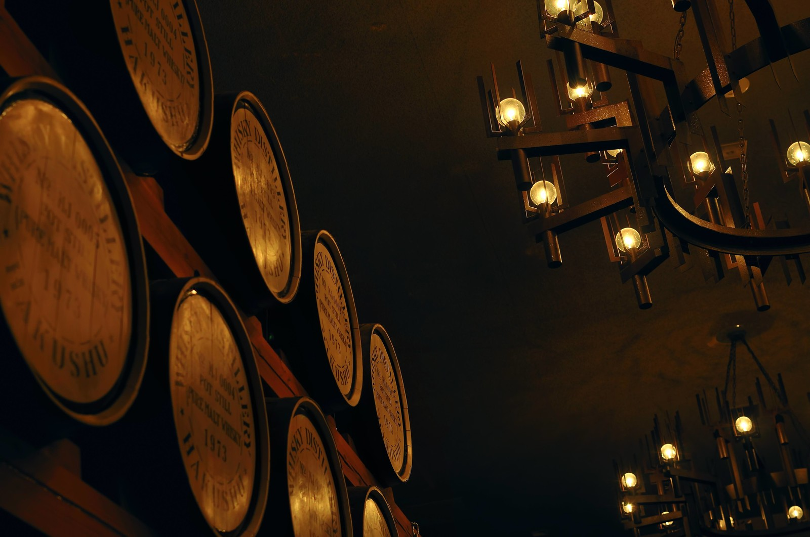 「積み重なったウィスキーの樽」の写真