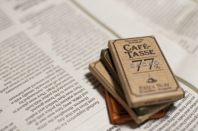 英字新聞とチョコレートの写真