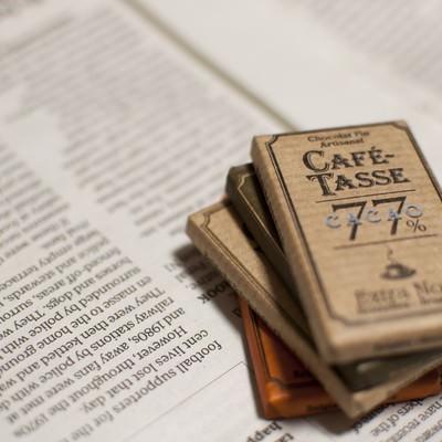 「英字新聞とチョコレート」の写真素材