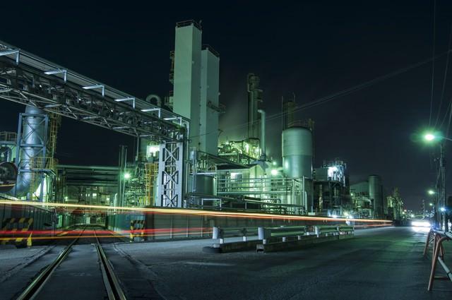 光が溢れる夜の工場の写真