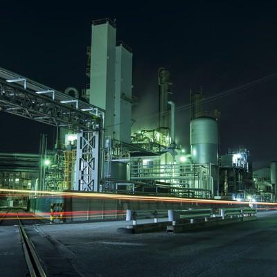 「光が溢れる夜の工場」の写真素材