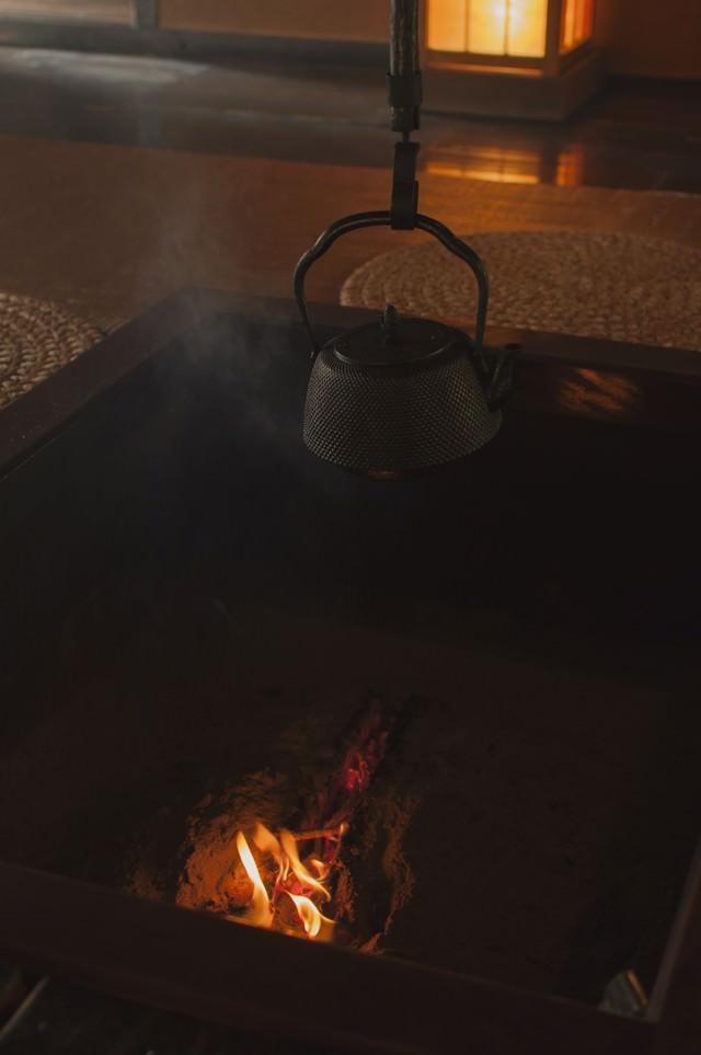 火の入った暖炉裏の写真