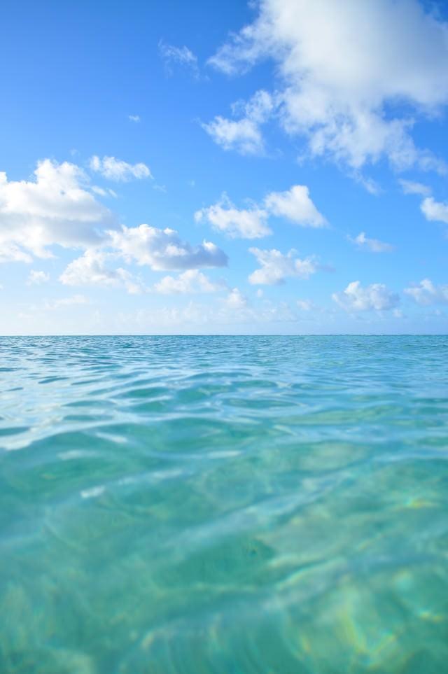 透明な海と青空の写真