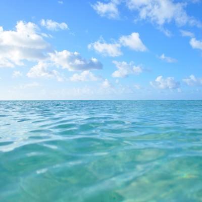 「透明な海と青空」の写真素材