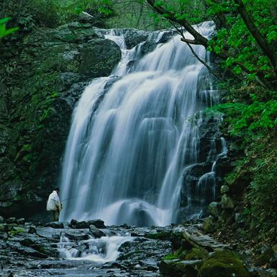 浅間大滝と釣り人の写真