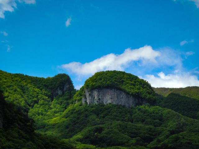 青空と絶壁の丸岩の写真