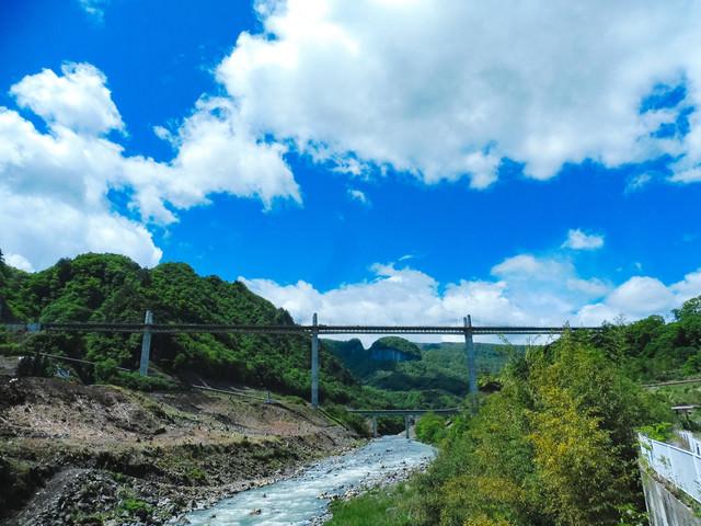 吾妻川と丸岩の景観の写真