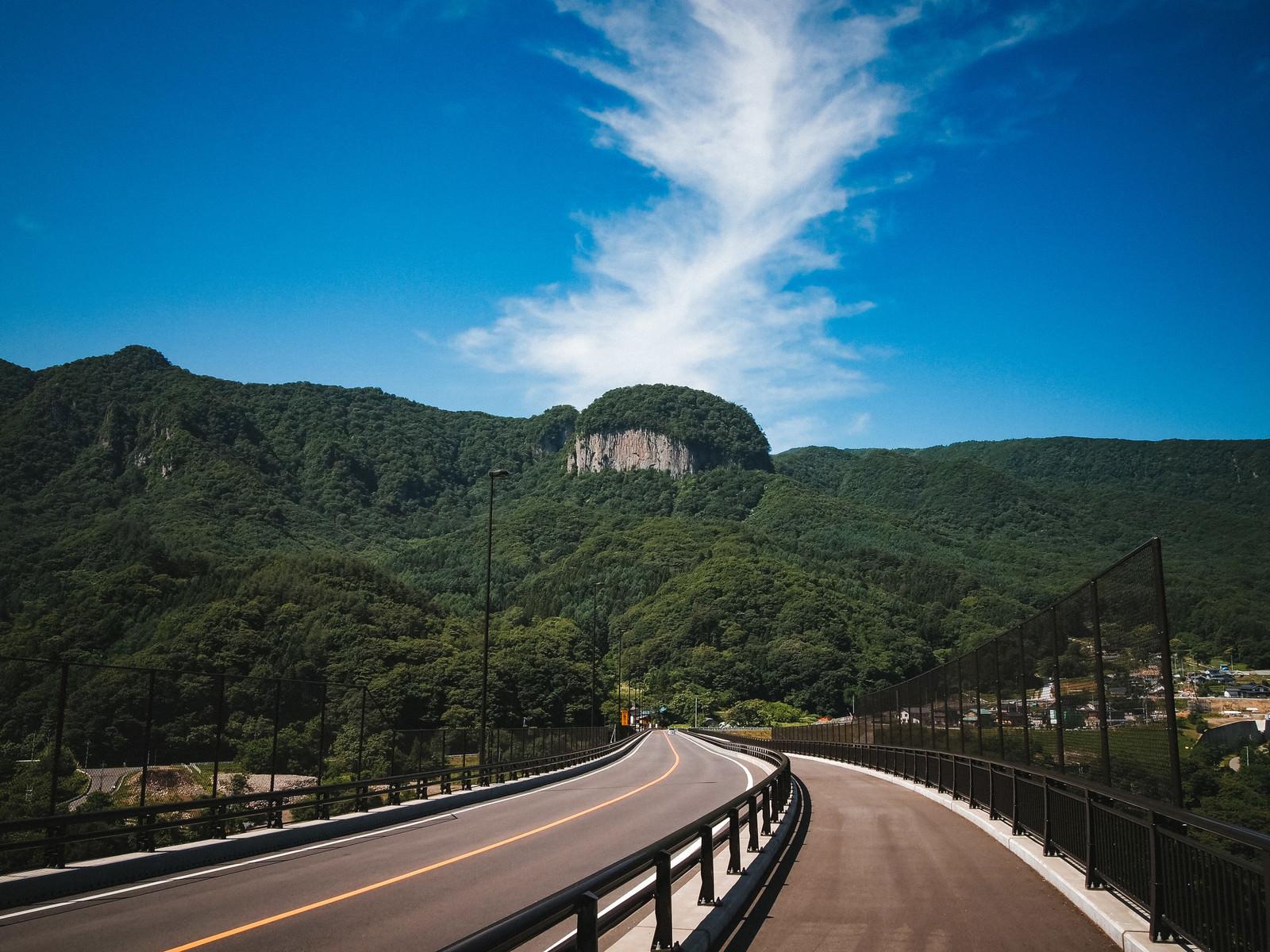 「八ッ場バイパス国道145号から見える丸岩(長野原町)」の写真
