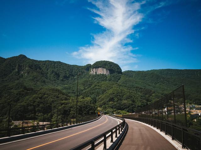 「八ッ場バイパス国道145号から見える丸岩(長野原町)」のフリー写真素材