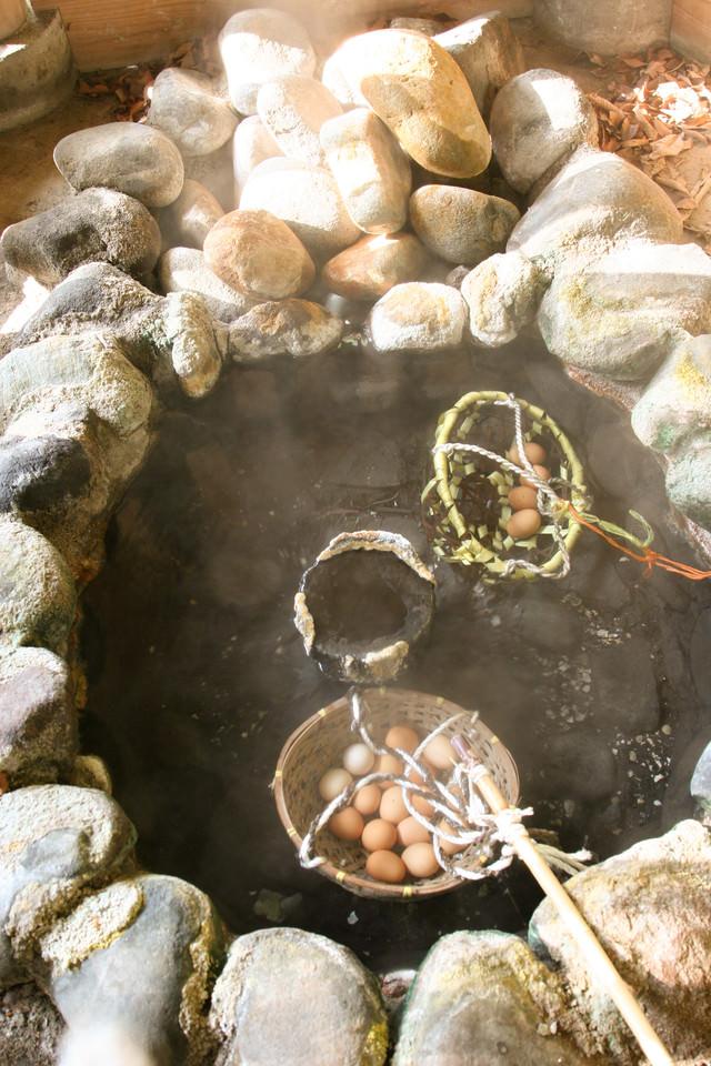 旧川原湯温泉の新源泉で温泉卵づくりの写真