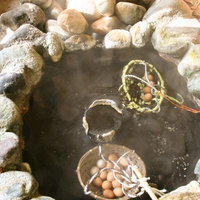 「旧川原湯温泉の新源泉で温泉卵づくり」の写真素材