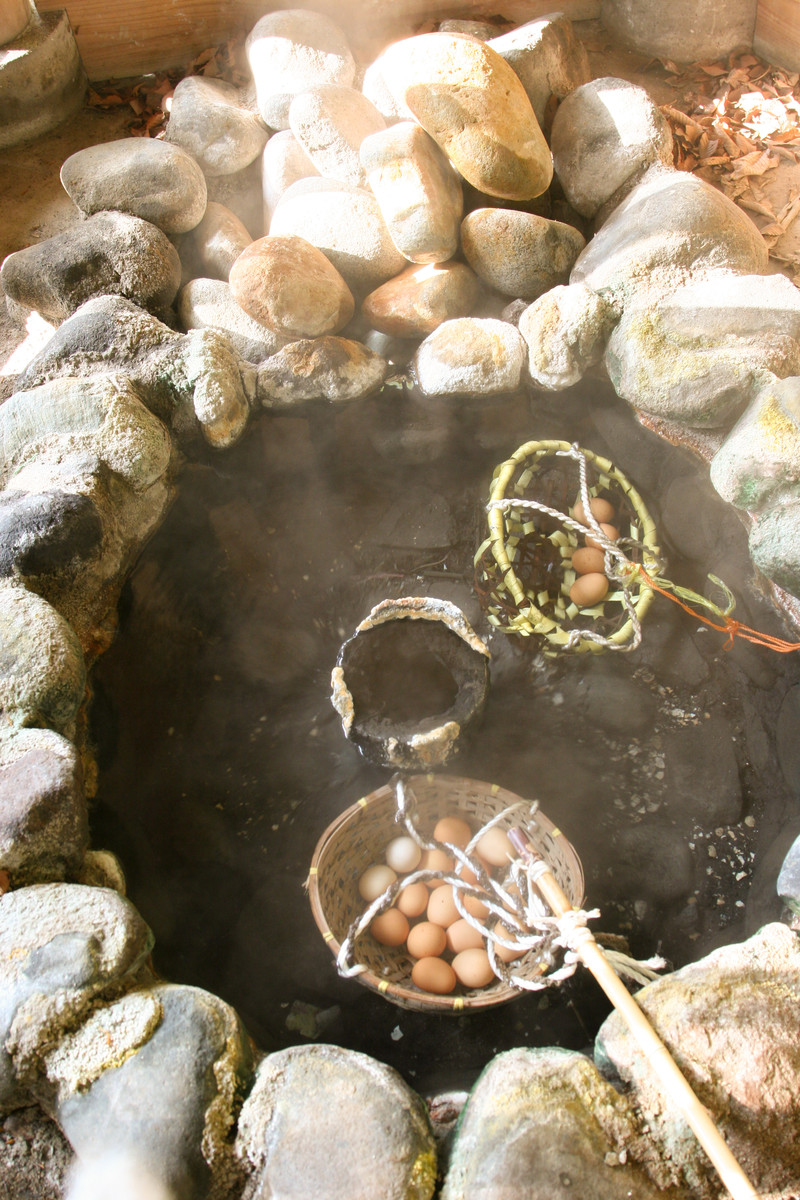 「旧川原湯温泉の新源泉で温泉卵づくり」の写真