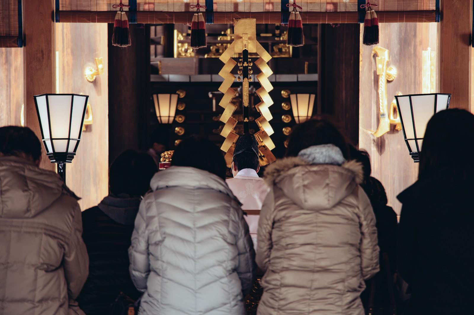 「初詣参拝者の後姿」の写真