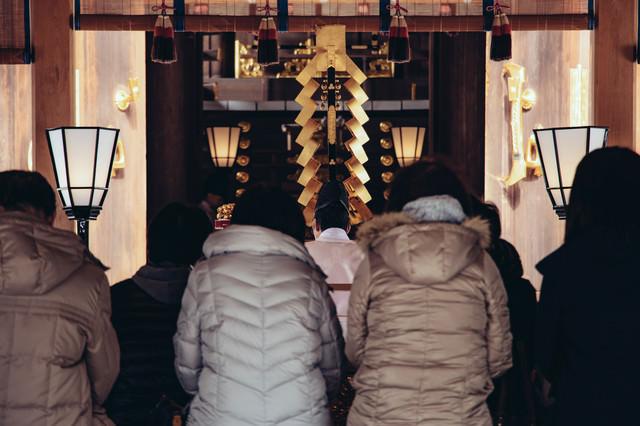 初詣参拝者の後姿の写真