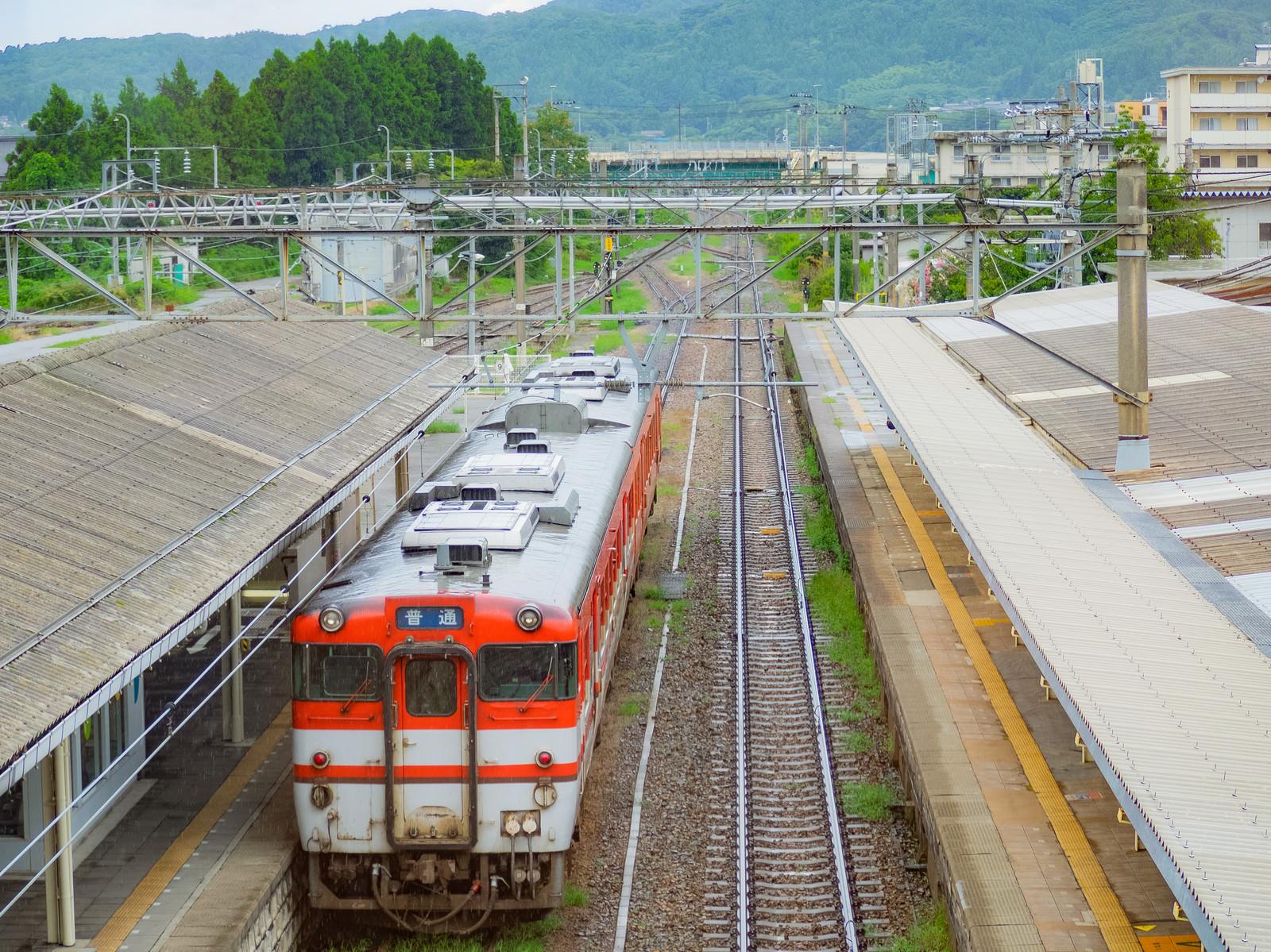 「JR村上駅から出発する電車(キハ40系)」の写真