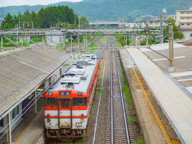 JR村上駅から出発する電車(キハ40系)の写真