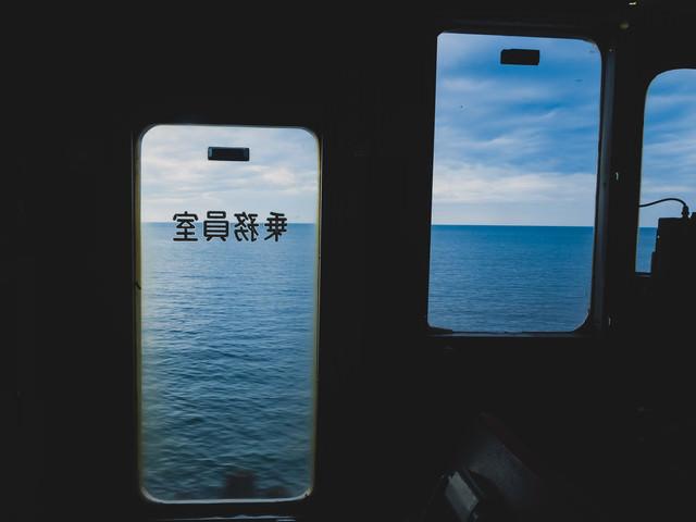 リゾートしらかみの車内より日本海を望む景色の写真